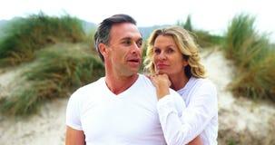 Ώριμο ζεύγος μαζί στην παραλία απόθεμα βίντεο