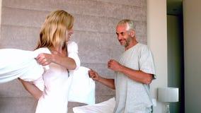 Ώριμο ζεύγος που έχει μια πάλη και ένα γέλιο μαξιλαριών απόθεμα βίντεο