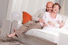 Ώριμο ζεύγος που αγαπά το ένα το άλλο στο σπίτι Στοκ εικόνα με δικαίωμα ελεύθερης χρήσης