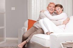 Ώριμο ζεύγος που αγαπά το ένα το άλλο στο σπίτι Στοκ φωτογραφία με δικαίωμα ελεύθερης χρήσης
