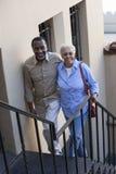 Ώριμο ζεύγος που αναρριχείται στα σκαλοπάτια Στοκ φωτογραφία με δικαίωμα ελεύθερης χρήσης