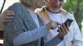 Ώριμο ζεύγος που αντιμετωπίζει εύκολα το σύγχρονο smartphone, εύχρηστες εφαρμογές φιλμ μικρού μήκους