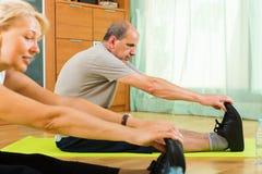 Ώριμο ζεύγος που κάνει τις ασκήσεις Στοκ εικόνα με δικαίωμα ελεύθερης χρήσης