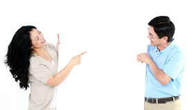 Ώριμο ζεύγος που κρατά και που δείχνει έναν λευκό πίνακα απόθεμα βίντεο