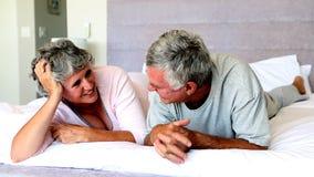 Ώριμο ζεύγος που μιλά το ένα το άλλο στο κρεβάτι απόθεμα βίντεο