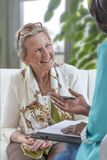 Ώριμο ζεύγος που παίρνει τις οικονομικές συμβουλές από το σύμβουλο στο σπίτι στοκ φωτογραφία με δικαίωμα ελεύθερης χρήσης