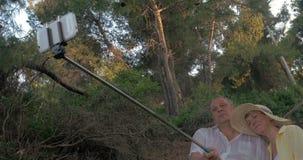 Ώριμο ζεύγος που παίρνει Selfie με το ραβδί Monopod φιλμ μικρού μήκους