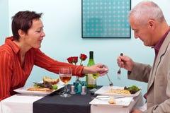 Ώριμο ζεύγος σε ένα εστιατόριο Στοκ φωτογραφία με δικαίωμα ελεύθερης χρήσης