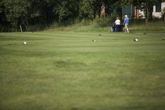 Ώριμο ζεύγος των φορέων γκολφ Στοκ Φωτογραφία