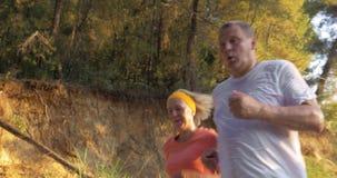 Ώριμο ζεύγος Jogging στο πάρκο φιλμ μικρού μήκους