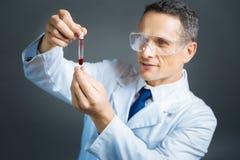 Ώριμο ιατρικό επαγγελματικό δείγμα αίματος εξέτασης Στοκ Φωτογραφίες
