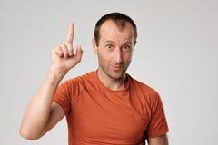 Ώριμο ισπανικό άτομο που παρουσιάζει ανοδικό αντίχειρα Στοκ φωτογραφία με δικαίωμα ελεύθερης χρήσης