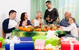 Ώριμο ιωβηλαίο εορτασμού ατόμων στο σπίτι στοκ εικόνες