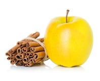 Ώριμο κίτρινο μήλο με τα ραβδιά κανέλας Στοκ εικόνες με δικαίωμα ελεύθερης χρήσης