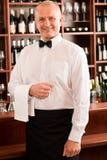 ώριμο κρασί σερβιτόρων χαμό&ga στοκ εικόνες