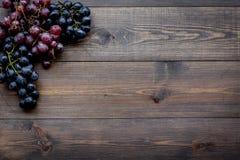 Ώριμο κόκκινο και μαύρο σταφύλι στην ξύλινη τοπ άποψη υποβάθρου copyspace Στοκ φωτογραφίες με δικαίωμα ελεύθερης χρήσης