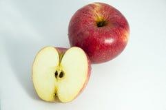 Ώριμο κόκκινο μήλο σε ένα ελαφρύ υπόβαθρο Στοκ φωτογραφία με δικαίωμα ελεύθερης χρήσης