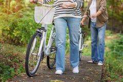 Ώριμο παντρεμένο ζευγάρι που περπατά με τα ποδήλατα στοκ φωτογραφία με δικαίωμα ελεύθερης χρήσης