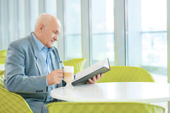 Ώριμο σοφό άτομο που διαβάζει ένα βιβλίο Στοκ εικόνες με δικαίωμα ελεύθερης χρήσης