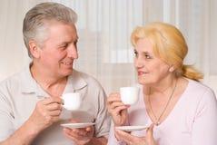 Ώριμο τσάι κατανάλωσης ζευγών στοκ εικόνες