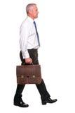Ώριμο businesman περπάτημα, πλάγια όψη. στοκ εικόνες με δικαίωμα ελεύθερης χρήσης