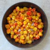 Ώριμο cloudberry, χύνει τη ζάχαρη Στοκ Εικόνες