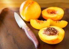 Ώριμο juicy σύνολο και φέτα φρούτων νεκταρινιών οργανικό στο ξύλινο β Στοκ Φωτογραφία