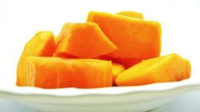 Ώριμο papaya περικοπών έβαλε στο μουτζουρωμένο άσπρο πιάτο - πλάγια όψη, κινηματογράφηση σε πρώτο πλάνο, και εκλεκτική εστίαση Στοκ φωτογραφία με δικαίωμα ελεύθερης χρήσης