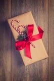 Δώρο Χριστουγέννων με τους καλάμους καραμελών Στοκ φωτογραφία με δικαίωμα ελεύθερης χρήσης