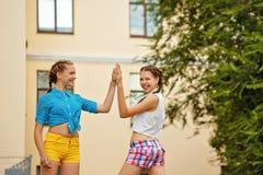Δώστε πέντε καλύτερους φίλους στο πάρκο Στοκ φωτογραφία με δικαίωμα ελεύθερης χρήσης