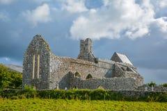 Аббатство в утре, Cistercian монастырь Corcomroe расположенный в севере зоны Burren графства Клары, Ирландии стоковое изображение rf