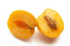 2 абрикоса отрезанного на белой предпосылке Стоковая Фотография