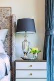 Абстрактная лампа на голове кровати в спальне Стоковое фото RF