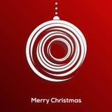 Абстрактная бумага отрезала шарик рождества при длинная тень изолированная на красной предпосылке. Ультрамодный дизайн. Рождествен Стоковое Изображение RF