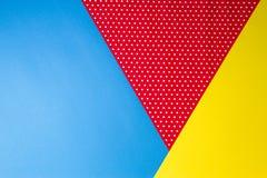 Абстрактная геометрическая голубая, желтая и красная предпосылка бумаги точки польки стоковые фотографии rf