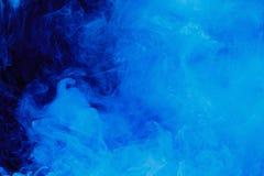 Абстрактная голубая картина облака белого дыма на черной предпосылке стоковая фотография