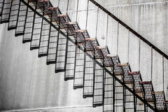 Абстрактная деталь высокого и длинного случая лестницы нефтеперерабатывающего предприятия Стоковая Фотография