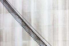 Абстрактная деталь высокого и длинного случая лестницы нефтеперерабатывающего предприятия Стоковая Фотография RF