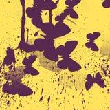 Абстрактная желтая предпосылка с фиолетовыми бабочками Стоковая Фотография
