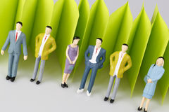 Абстрактная загородка зеленой книги на белизне с группой в составе зрелые люди Стоковое Изображение