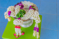 Абстрактная запачканная нежность и мягкий фокус красочный цветка гирлянд на подносе укладки в форме День Таиланд ` s матери Стоковые Фотографии RF