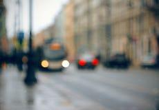 Абстрактная запачканная предпосылка с улицей города, где автомобили и автобус стоковое фото