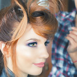 абстрактная иллюстрация стиля причёсок способа знамени женщина с ручкой ножницы салона штырей волос Стоковое Фото