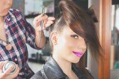 абстрактная иллюстрация стиля причёсок способа знамени женщина с ручкой ножницы салона штырей волос Стоковая Фотография RF