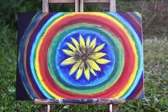 Абстрактная картина на холсте на мольберте в парке лета Стоковая Фотография RF