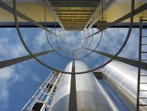 Абстрактная конструкция индустрий и изумляя небо стоковые изображения