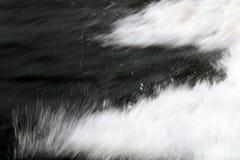 абстрактная нерезкость предпосылки Брызги воды от шлюпки или корабля стоковые изображения rf