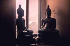 Абстрактная низкая ключевая светлая сторона изображения латунной статуи Будды Стоковые Изображения
