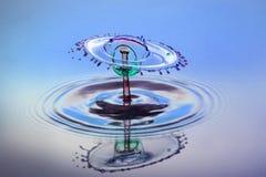 Абстрактная предпосылка выплеска воды цвета, столкновение покрашенных падений стоковая фотография