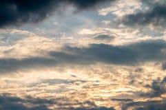 Абстрактная предпосылка, голубое небо с темными ливневыми облака Стоковая Фотография RF